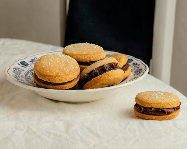 Biscuits savoureux à la crème sur assiette