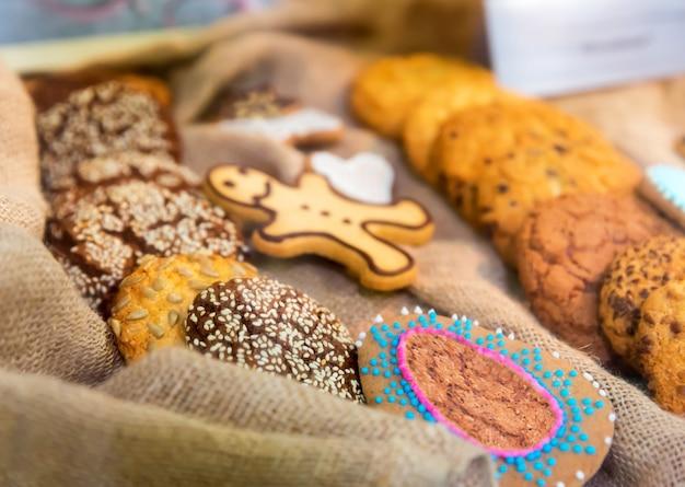 Biscuits savoureux sur l'ensachage se bouchent