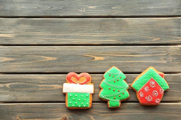 Biscuits savoureux de pain d'épice sur le fond en bois