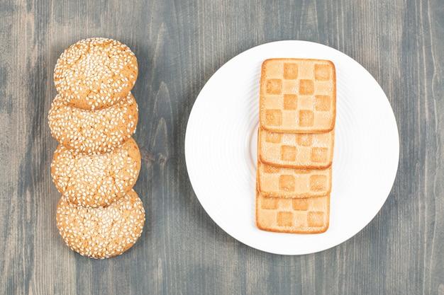 Biscuits savoureux avec des petits pains sur une table en bois. photo de haute qualité