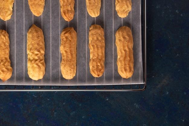 Biscuits savoyardi saupoudrés de sucre en poudre