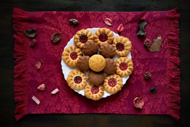 Biscuits secs sucrés avec de la confiture idéaux pour le thé