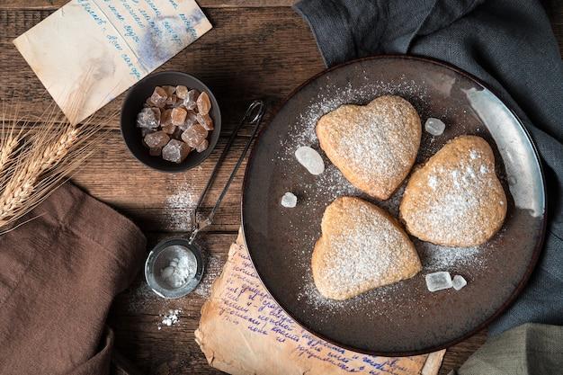 Les biscuits sont saupoudrés de sucre en poudre sur un fond vintage. la vue du haut.