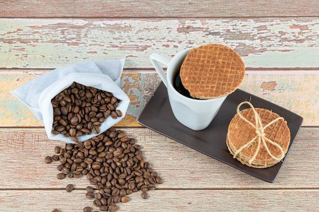Biscuits stroopwafel servis avec une tasse de café (vue de dessus).