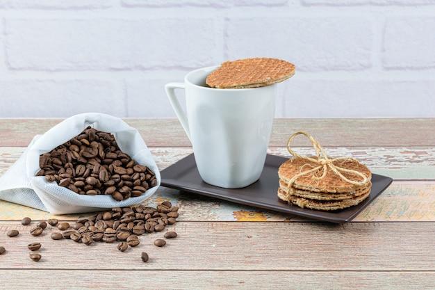 Biscuits stroopwafel servis avec une tasse de café.