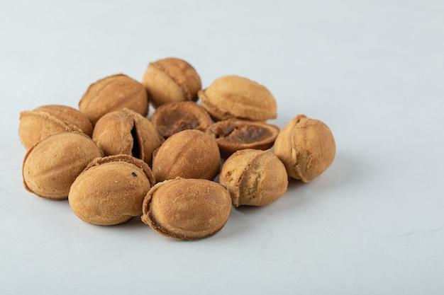 Biscuits sucrés aux noix sur blanc.