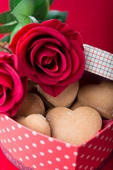 Biscuits sucrés dans une boîte en forme de coeur