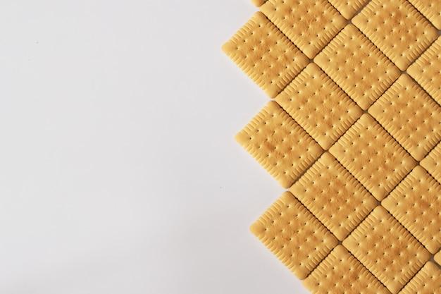 Biscuits sucrés sur fond blanc avec un espace réservé au texte