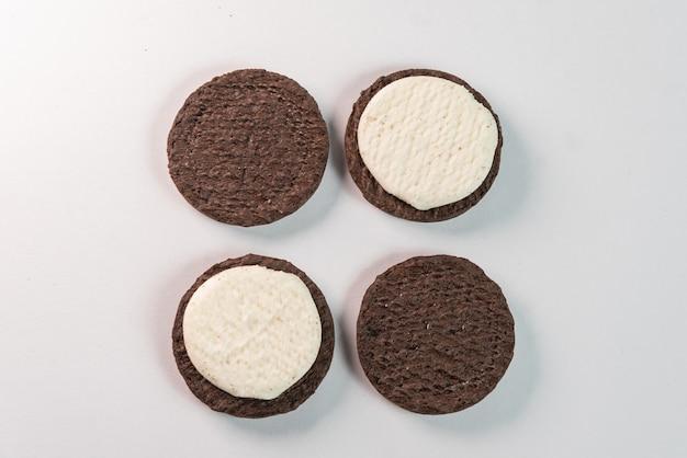 Biscuits sucrés sur fond blanc