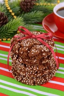 Biscuits sucrés avec tasse de thé sur table close-up