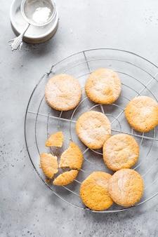 Biscuits suédois traditionnels dream ou drommar sur un vieux fond gris vintage. vue de dessus