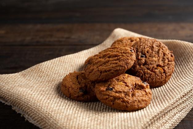 Biscuits sur la table en bois.