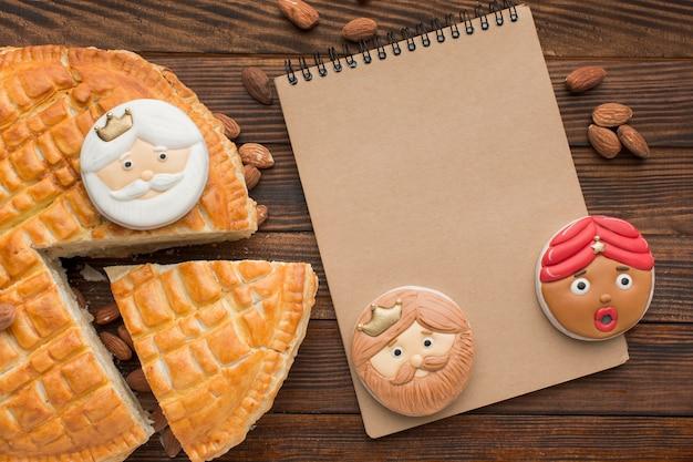 Biscuits et tarte au dessert epiphany avec bloc-notes