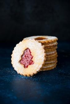 Biscuits traditionnels autrichiens linzer avec confiture, gâteaux faits maison, mise au point sélective