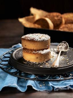 Biscuits traditionnels avec du sucre en poudre pour noël espagne sur espace fond sombre pour le texte.