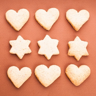 Biscuits de vacances comme motif de fond sur brun