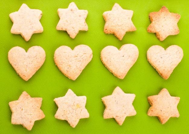 Biscuits de vacances comme motif de fond sur le vert