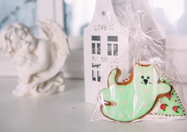 Biscuits de vacances glaçage cadeau emballage chat maison ange