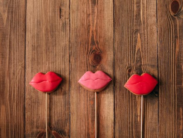 Biscuits de vacances glaçage lèvres bâton rouge pain d'épice