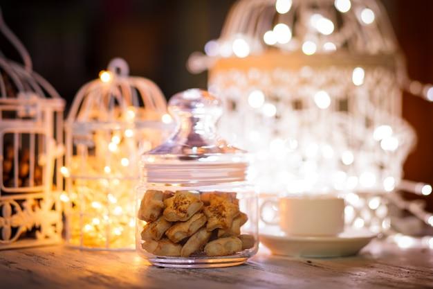 Biscuits de vacances sur lumière défocalisée dans des cages