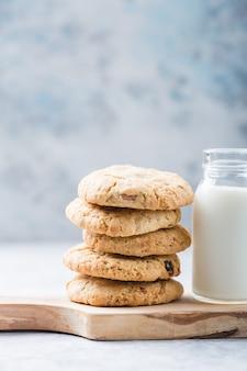 Biscuits végétaliens à l'avoine avec du lait d'amande. délicieuses friandises diététiques au chocolat pour les végétaliens, à base d'ingrédients naturels.