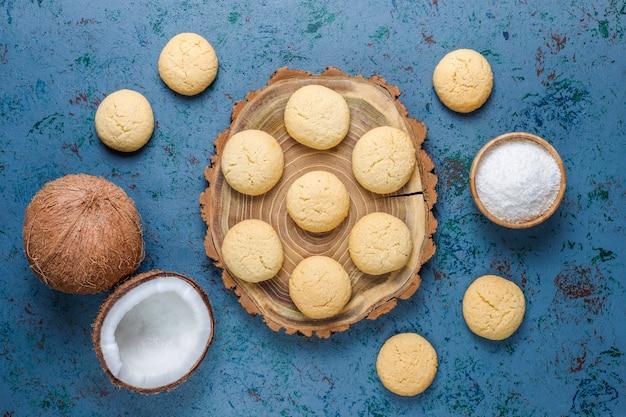 Biscuits végétaliens faits maison à la noix de coco avec demi-noix de coco