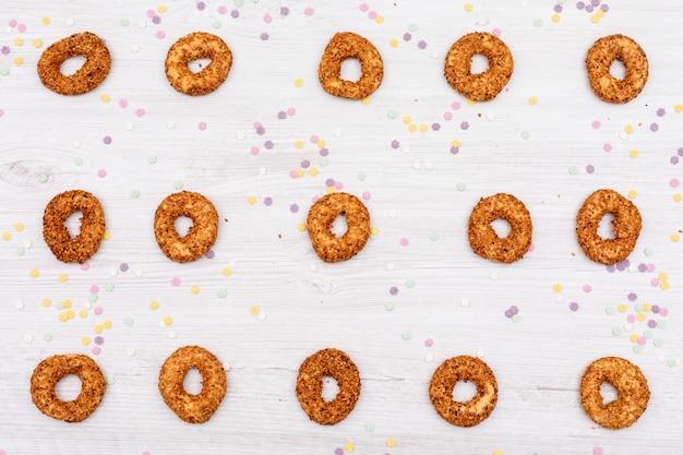 Biscuits vue de dessus avec décoration d'étoiles colorées sur une surface blanche