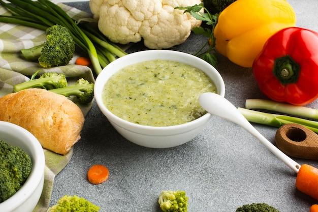 Bisque de brocoli à angle élevé avec mélange de légumes