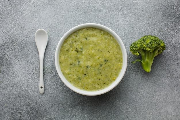 Bisque de brocoli à plat dans un bol avec une cuillère