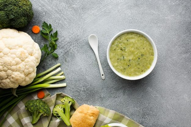 Bisque de brocoli à plat dans un bol de légumes et une cuillère