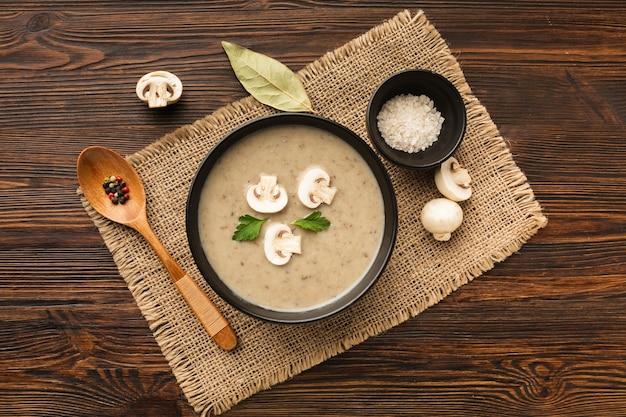 Bisque et cuillère de champignons