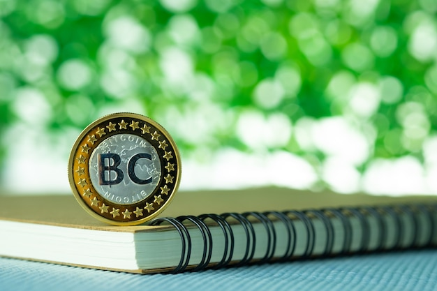 Bit-coin sur fond de bokeh flou vert