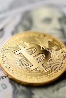 Bitcoin et billets d'un dollar