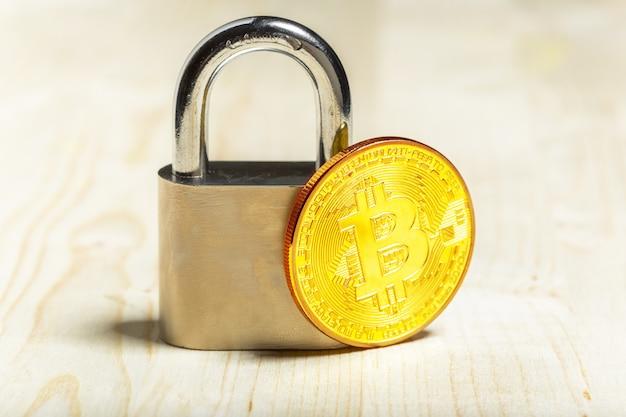 Bitcoin et cadenas en or