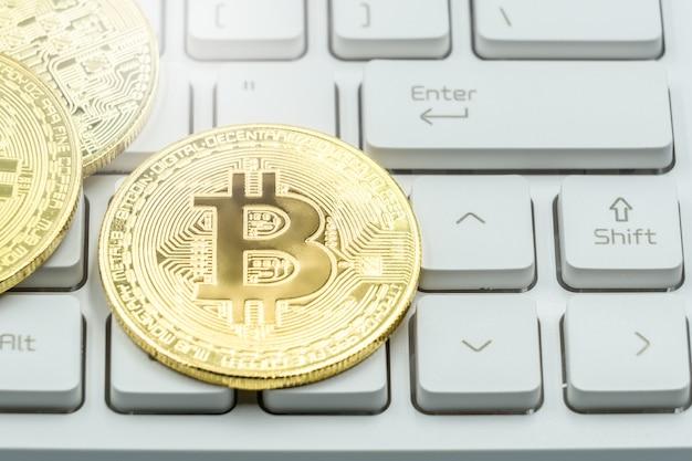 Bitcoin sur le clavier blanc