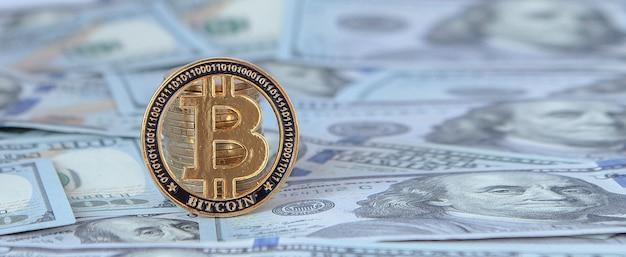 Bitcoin contre les billets d'un dollar. échanger des bitcoins contre des dollars. chute de bitcoin.
