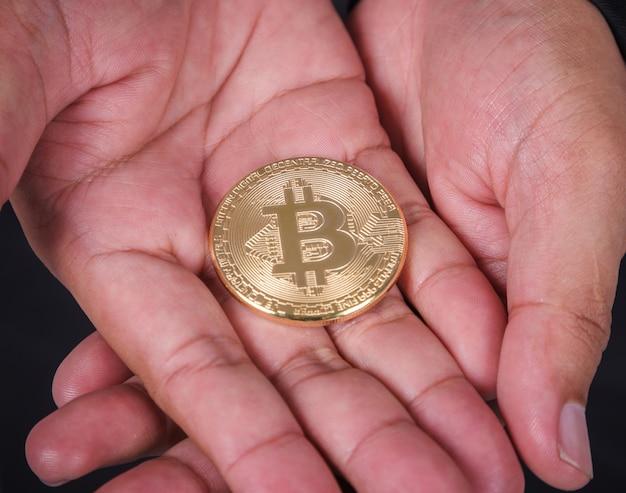 Bitcoin dans la main de l'homme d'affaires