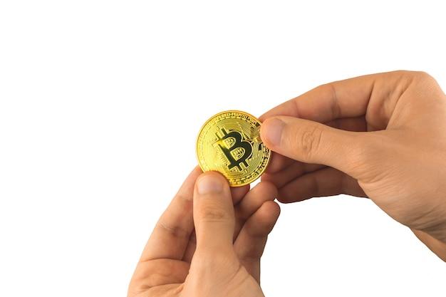 Bitcoin dans les mains des hommes isolés sur fond blanc, la personne donne la photo de concept de pièce d'or de crypto-monnaie