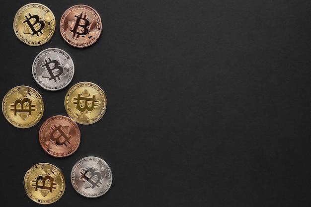 Bitcoin de différentes couleurs avec espace de copie