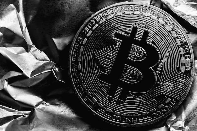 Bitcoin divisé par deux. crypto-monnaie sur fond argenté. photo macro