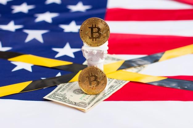 Bitcoin et dollars sur le drapeau américain