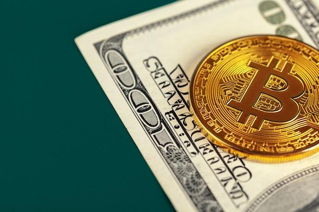 Bitcoin et dollars en or