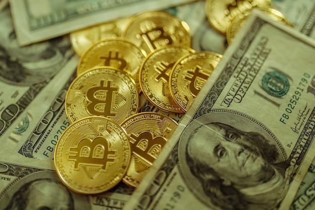 Bitcoin et dollars.