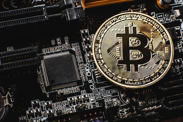 Bitcoin doré sur la carte mère