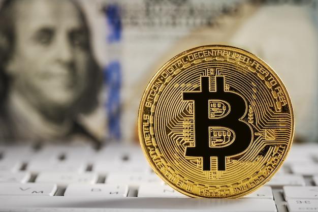 Bitcoin doré sur clavier