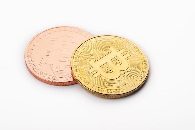 Bitcoin doré sur fond blanc