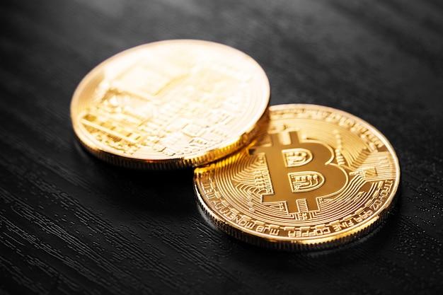 Bitcoin doré sur fond de bois