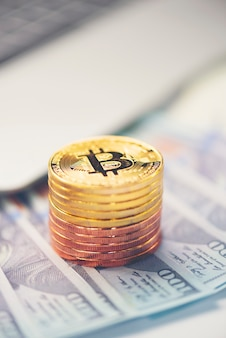 Bitcoin doré avec fond dollar image conceptuelle pour crypto monnaie.