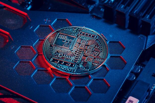 Bitcoin doré et puce informatique dans