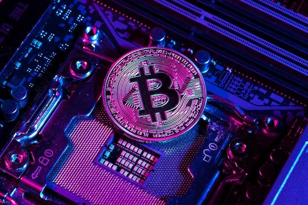 Bitcoin doré et puce informatique
